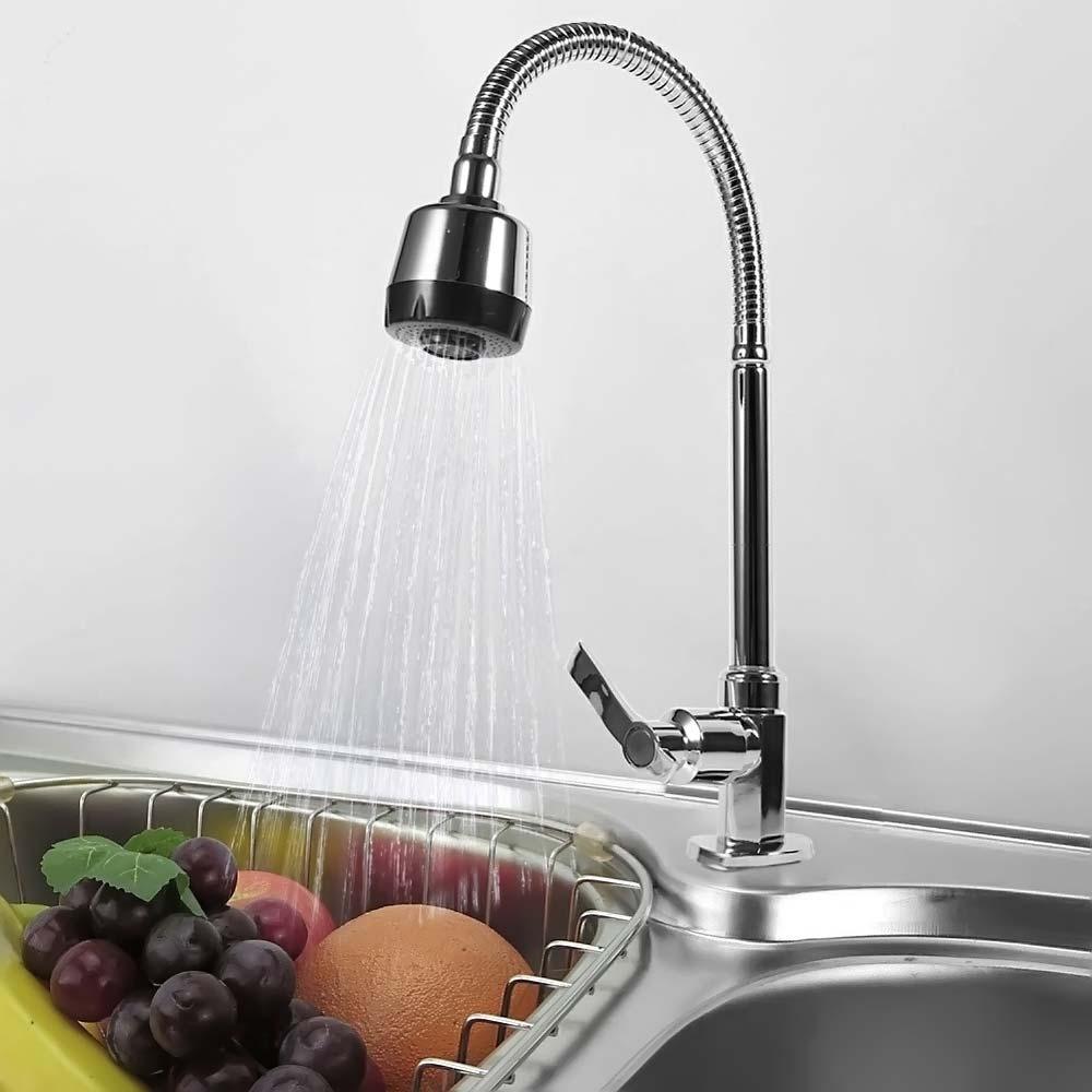 Смеситель для кухни льет воду на фрукты