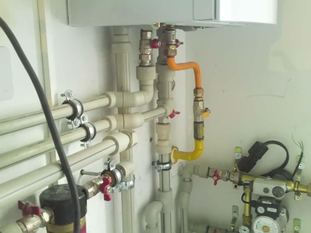 Трубы идущие к газовому отопительному котлу