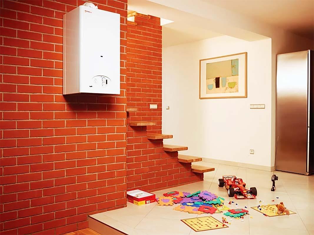 Котел отопительный для частного дома рядом с лестницей