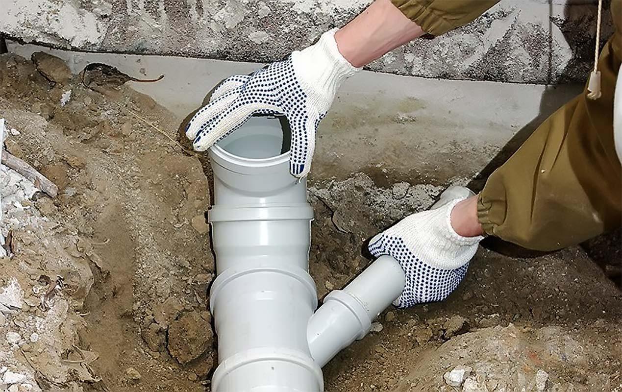 Монтирование труб канализации