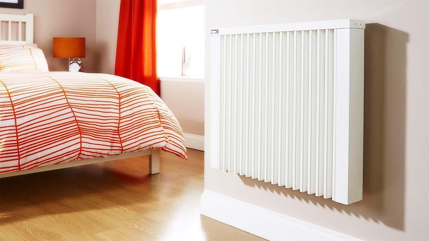 Радиатор биметаллический рядом с кроватью