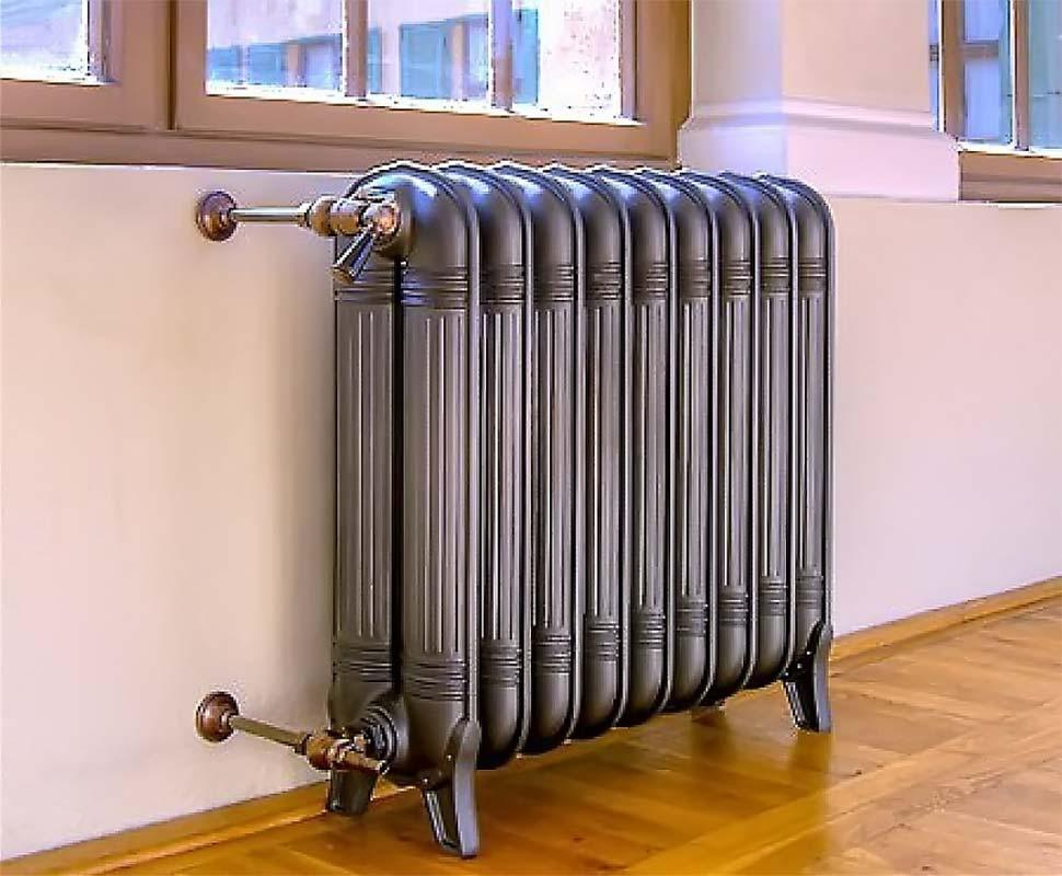 Установленный чугунный радиатор